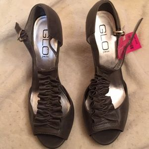 NWT Size 8 Silver open toe heeled sandals.